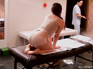Curvy Japanese babe Mizusawa Riko gets an oiled up pussy massage