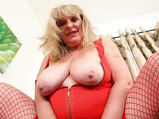UK gilf Alisha Rydes lets us enjoy the brush old but willing fanny